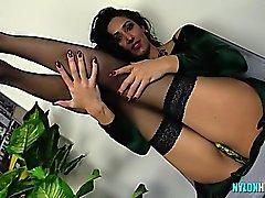 Grossa - cinciallegra del brunette prende in giro il in abiti nuovi