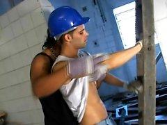 Lustful byggnadsarbetare som släppa sina kläderna och engagera sig i analt sex