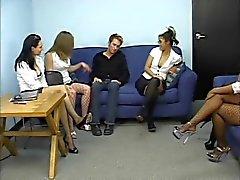 Un gruppo di segretari aver i piedi aspirato da ragazzo sottomessi