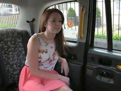 Squirting british Babe von Taxifahrer gefickt