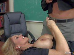Professeur de Julia s'emploie avec de nouvelles étudiants