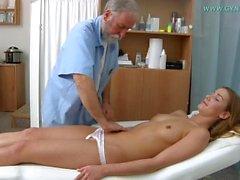 Esame di Alexis e orgasmo sulla sedia ginecologica