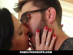 FamilyHookups - Hot Milf Unterrichtet Stepson Wie To Fuck