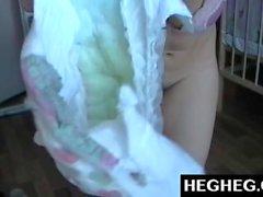 Webcam chicas que usan pañales se burla y se masturba. Brunette atractivo en pañal