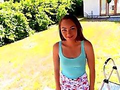 Adorable petite jugendlich Sabrina Strahl, der durch einen Monsterhahn geschlagen wird