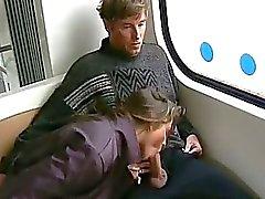 Brunett ger med buss kuk