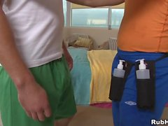 Sessão de massagem húmida para o gay boyfrend lascivo