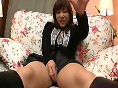 Sexy babe asiático joga com si mesma e recebe o seu pounde bush