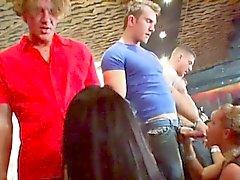 sulu sporcu bir emme Pleasuring şekilde bir sürü vahşi seks partisi Akşam Eğlencesi