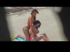 Busty babes Dreier über Strand