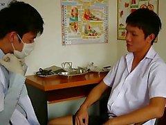 Corneo Gay mediche esaminatore succhiare il suo paziente