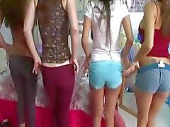Kaksi nuorta college tytöt nauttivat penis