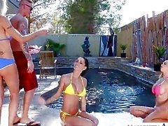 Sexy épouses d'Emma Starr , Jessica Jaymes et Nikki Benz partager coq
