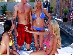 Seksi bir eşler Emma Starr , Jessica Jaymes ve Nikki Benz paylaşarak penis