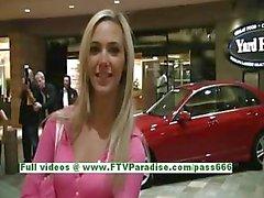 Sophia sexy blonde met natuurlijke tieten plezier en knipperende tieten in het openbaar