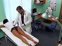 Del paciente Brunette sus paseos en médico en el hospital falsos