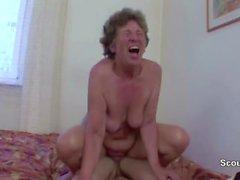 Granny Seduce menino novo a fode-la no seu rabo