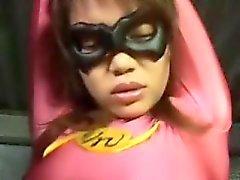 Super bebé en medias de color rosa es capturado y tanteado por un enmascarado