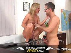 Piss Foda - Blonde Vinna Reed fica molhado e sujo na sessão de sexo