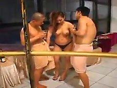 Hardcore азиатские милашка имеет некоторые действительно горячий групповой секс