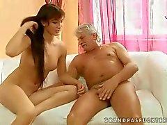 Adolescente quente faz sexo com homem velho