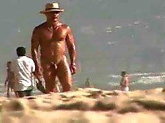 bonito do cpl alegre BRANCO de traslado da Dude preto grande na praia nu