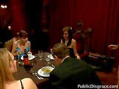 Malo esclavo la cena es utilizada por los invitados y la para crear una cara