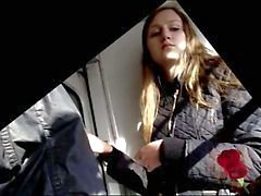 Мастурбатор смотрит ее ног , она смотрит на Дика