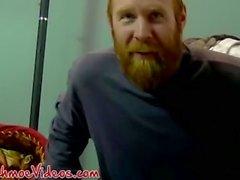 Roter Haarsträfling Chris bereitet seinen Schwanz auf einen Blowjob vor