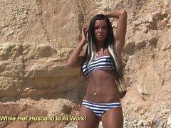 Grandes tetas tira de baile Ashley Bulgari en la playa