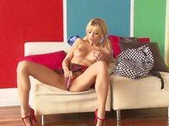 Подростка блондинка Яны Jordan с маленькими грудей считает гостеприимный ублажают себя страстно в своем доме