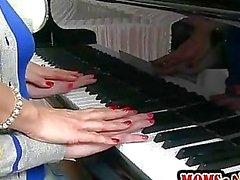 Piano lärare Tanya Tate undervisar studenter