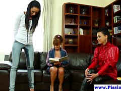 Pissing lesbot pistävät pukeutuneena kolminaisina