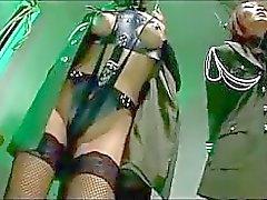 Soldat auf 2 asiatische Girls With gebundenen Armen Einführung Pignose Küssen der von 2 Jungs in den Gefangenen gefoltert
