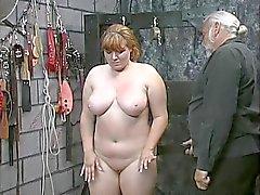 Brunette novo menina escrava grosso é despidos para jogar humiliation