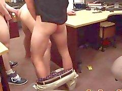 Heterossexual cuspir cliente de penhor assado em troca de dinheiro