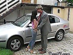 Michelle pulverizarse sobre el mascarilla la servidumbre de un coche de