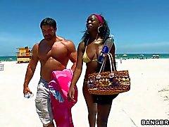 Chica de ébano pechugona Geminis pierde su bikini a tomar una ducha con tipo blanco