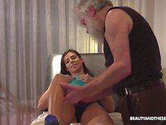 Linda garota morena Angela faz sexo apaixonado com o velho