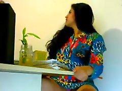 La muchacha atractiva Sobreexcitado en la oficina la se ve indios