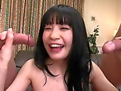 O buraco desta prostituta japonesa tem sido explorado por brinquedos e galos