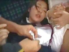 Asiatiska mamma och dotter är körd på en offentlig buss från vansinniga man
