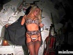 Ja povekas blondi nauhat kiusanhenki näyttämöllä leikkii hänen isot tissit ja kireällä pillu
