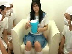 Симпатичная школьница с большей попкой игрушками ее cootch и шоу