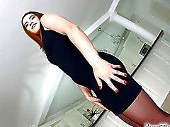 black bir elbise içinde Asstraffic esmer şekilde değerlendirilen gets