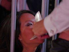 AAS Akira Et de Jessica de Drake sucer des queues derrière les barreaux