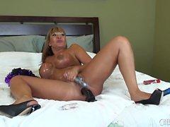 Stacked e asiatica lubrica Milf Ava Devine trapani suoi buchi sul letto