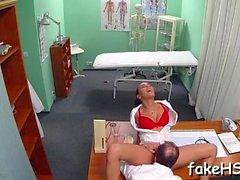 falso medico ottiene il suo strappare martellato all'interno dell'ospedale falso