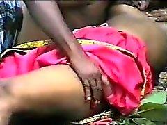 de Bebe indígena candente en jungla