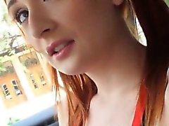 Punainen tukka Koulutyttö teini Eva Berger täytetty yleisissä
